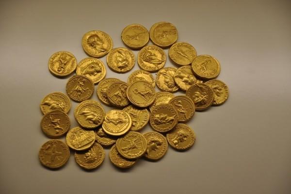 Комо: итальянцы обнаружили древнюю амфору, наполненную золотон