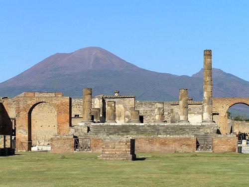 Неаполь - Везувий из руин древнего города Помпеи