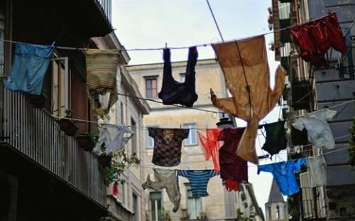 Чуть выше на веревках повсюду висит стираное белье
