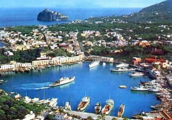 Искья — самый большой остров в Неаполитанском заливе.