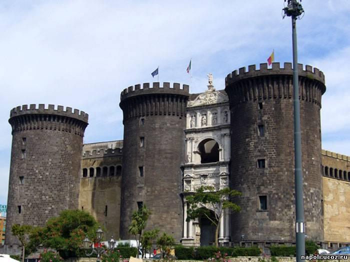 внушительный замок Маскио Анджоино (Maschio Angioino) в Неаполе
