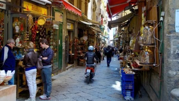 Неаполь - итальянский город в самом традиционном представлении