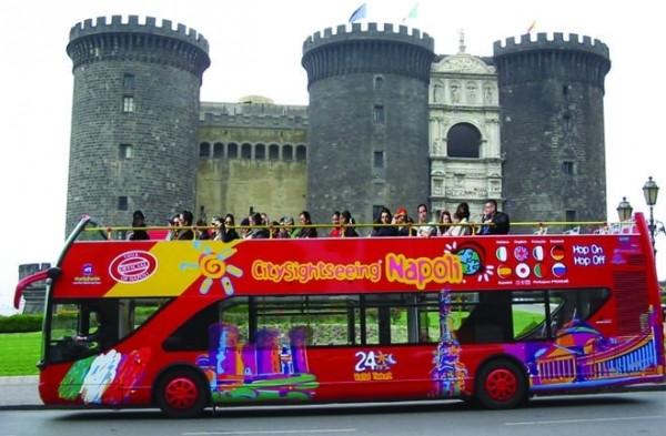 двухэтажные автобусы совершают экскурсионные прогулки по Неаполю