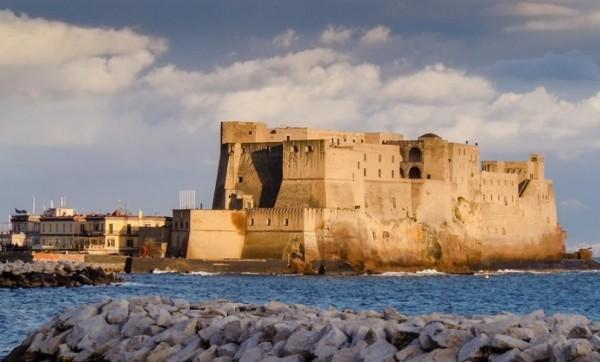 древняя крепость Кастель Дель Ово (Замок-яйцо) Неаполь
