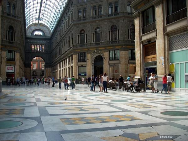 Место, куда гиды приводят туристов загадывать желания в Неаполе