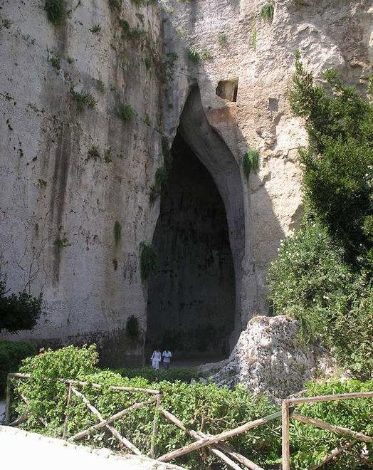 ухо Дионисия - огромная расщелина в горе