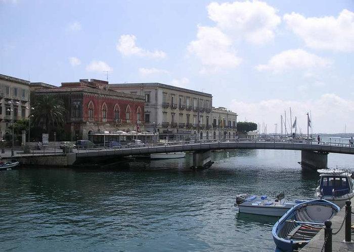 Мост на островную часть города Сиракузы