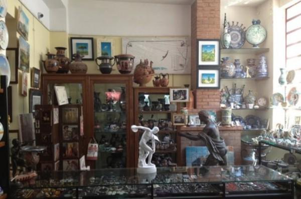 Рядом с музеями Пестума множество сувенирных лавок бары и рестораны
