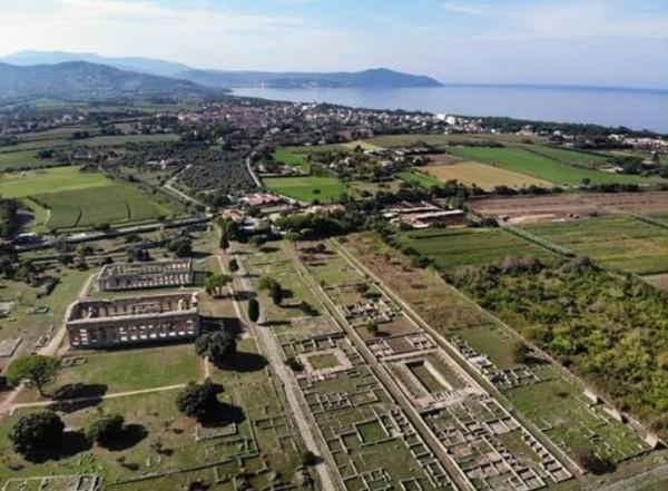 лучше храмы Пестума рассматривать как деталь красивой панорамы