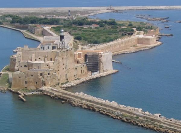 Арагонский замок расположен на острове Св. Андрея в порту Бриндизи