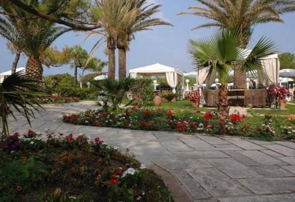 Курорт Байя Домиция - Работают бары, рестораны, магазины, уличные кафе
