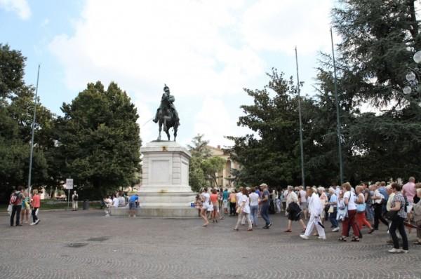 конный гранитный памятник Виктору Эммануилу