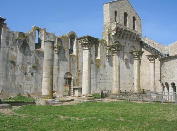 Город Веноза, археологический парк возле Троицкого аббатства, в нем находится музей и библиотека