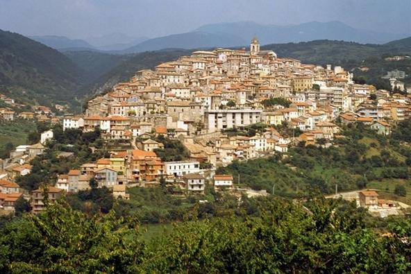 город Фьюджи - минеральный курорт в регионе Лацио