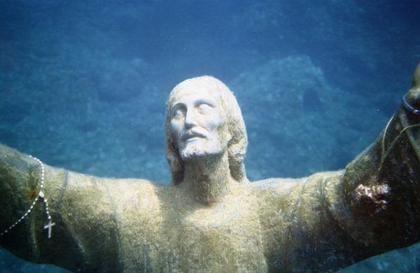 скульптуру Христа на дно океана