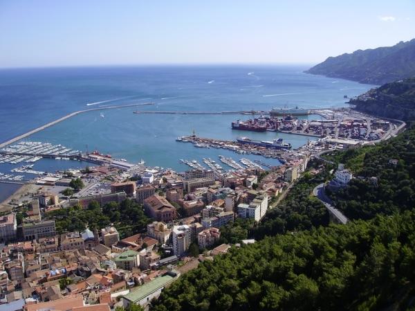 На берегу Тирренского моря располагается живописный город-курорт Салерно