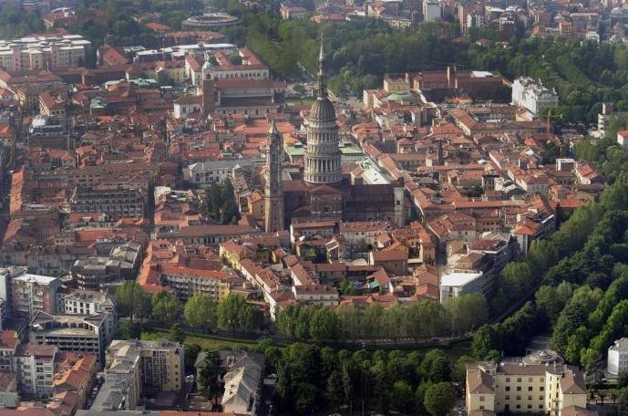 Новара находится недалеко от Милана и в 80 км от Турина, если двигаться из Милана на запад