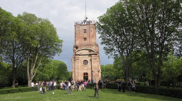 Самым древним зданием Тортоны считается замок лигурийцев, которая не раз перестраивалась и меняла своих владельцев