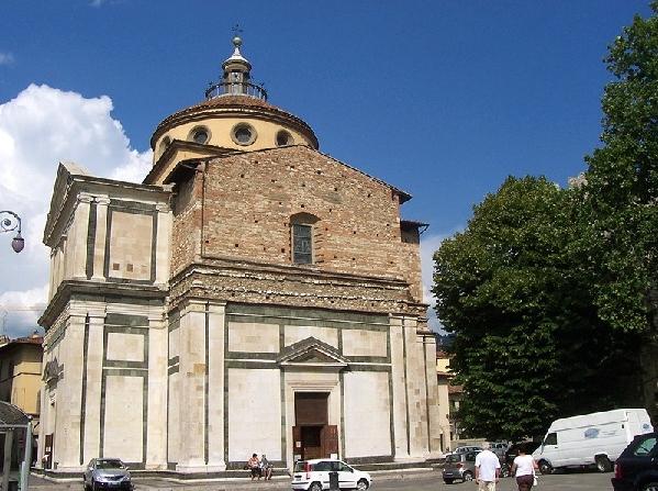 На территории Прато также расположена Церковь св.Марии, которая размещена на площади делле Карчери