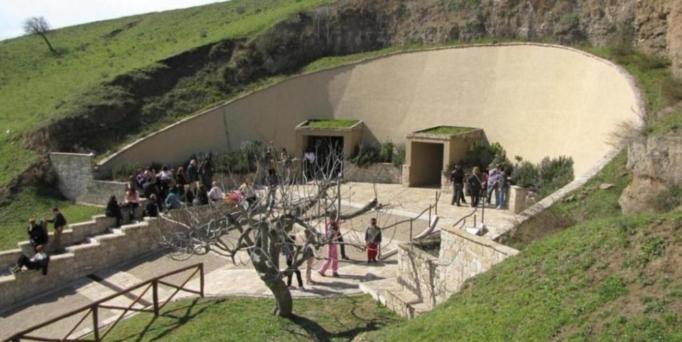 Город Веноза, в 1853 году возле холма святой Магдалины здесь были найдены катакомбы