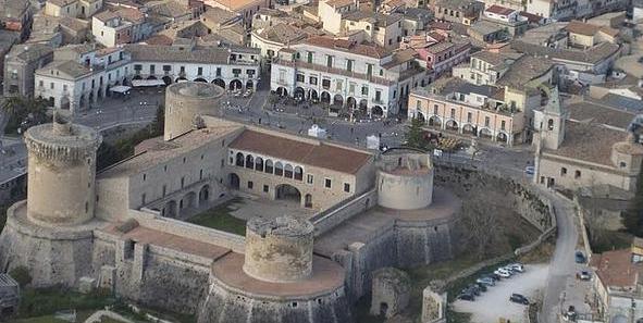 Город Веноза - Арагонский замок