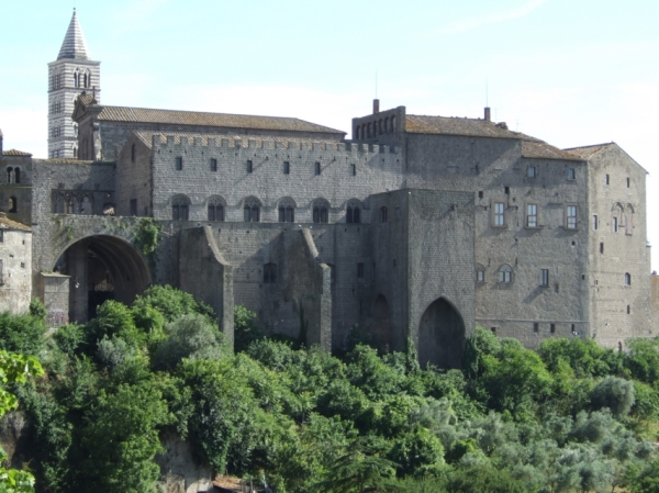Среди достопримечательностей наиболее известным является папский дворец XІІІ века, где состоялись самые длинные выборы нового Папы