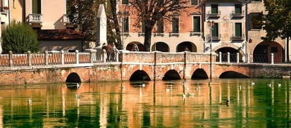 Особую популярность в городе получил мост через реку Силе