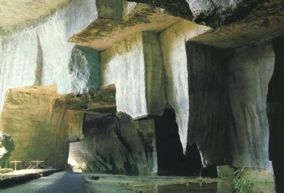 В мире известна пещера, именуемая «Ухо Дионисия» находится в Сиракузах