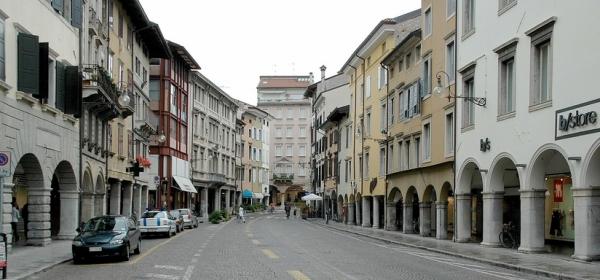 Удине – стотысячный город, расположенный между Адриатическим побережьем и Альпийским Севером