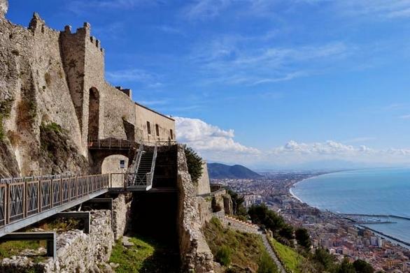 Замок Ареки и водопровод – это основные памятники древности в Салерно
