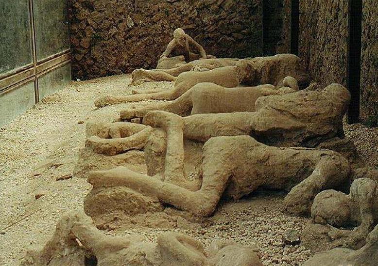 в 79 году взорвавшийся вулкан Везувий стер с лица земли Помпеи