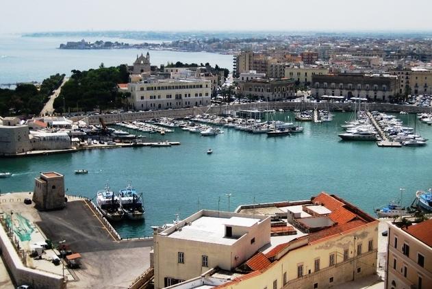 Город полон множеством памятников архитектуры, которые относятся к другим историческим периодам