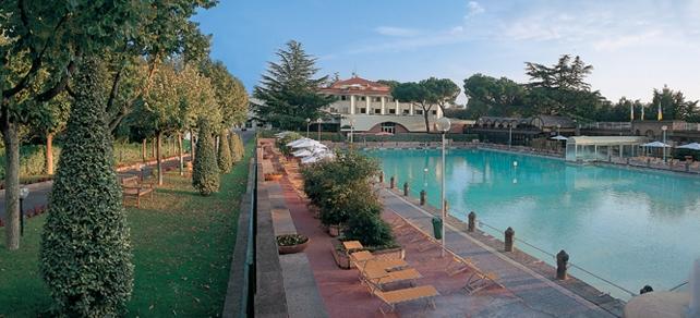 На базе источников построены два спа-центра: Пианете-Бенессере и Терме-деи-Папи, а также гостиницы и рестораны.