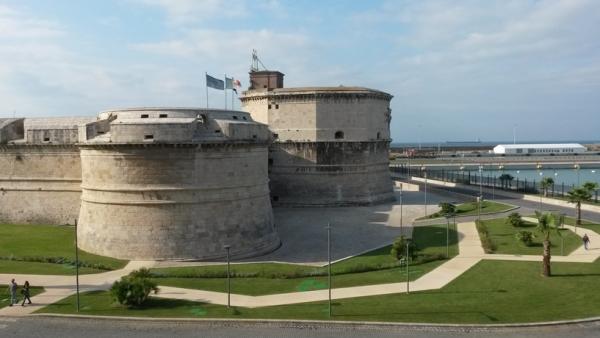 С целью обороны у берега города воздвигли мощную крепость Форт Микеланжело