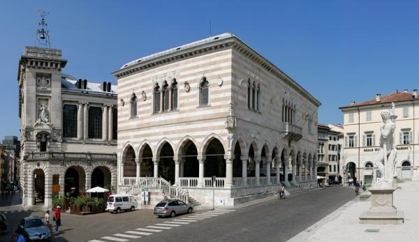 Удине – стотысячный город, расположенный между Адриатическим побережьем и Альпийским Севером, вблизи итальянско-словенской границы