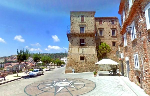 В старом районе Никотера расположен замок Кастелло Руффо