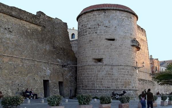 В Альгеро До сегодняшних дней сохранилось большое количество средневековых башен
