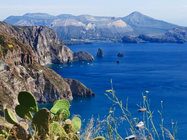 К Сицилии относятся также архипелаги Липари