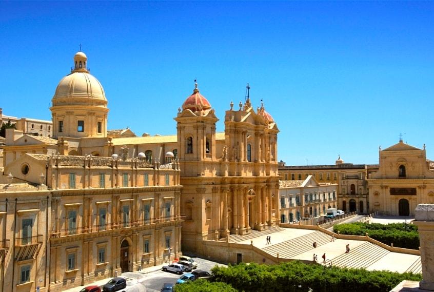 Площадь Сицилии 25.426 кв. км., население более 5 млн человек.