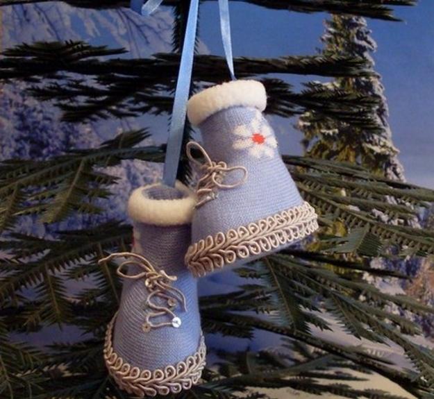Семьям, которые мечтают о детках, можно в качестве украшения использовать детские погремушки, или же детские носочки