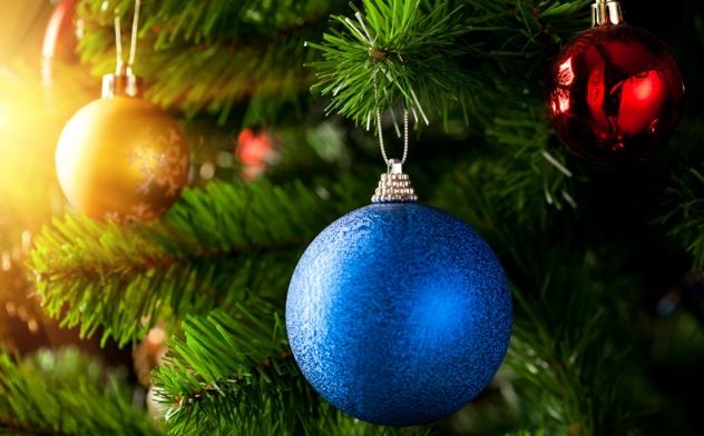 Желательно выбирать новогодние украшения в виде шара