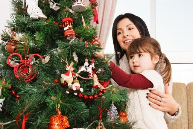 Очень часто, в процессе украшения, новогодние игрушки разбиваются, но не стоит из-за этого расстраиваться