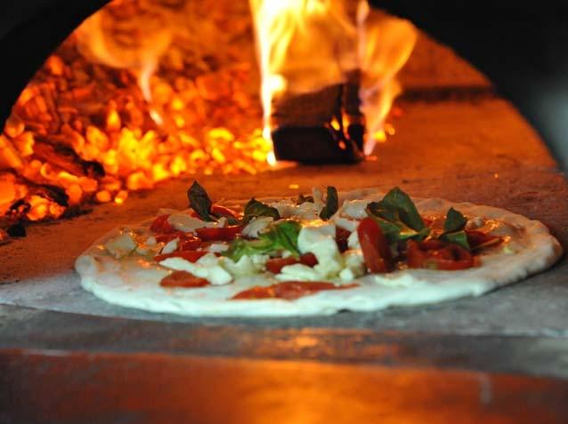Италия. Настоящую пиццу лучше попробовать в пиццерии, здесь ее приготовят при вас