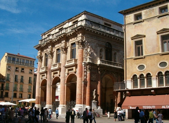 Очень красивым сооружением является дворец Капитанно 1571-72 годов