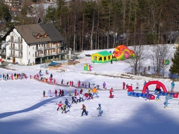 Основным и популярным среди туристов – лыжников является небольшой городок Шамполюк