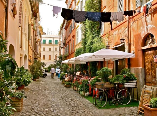 Маленькие домики, обвитые зелеными растениями, запах итальянской кухни, уличные музыканты – все это вы найдете в приятном районе Трастевере
