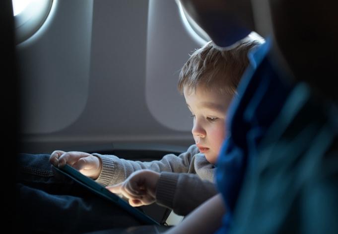 Полет на самолете обычно детки переносят даже легче, чем взрослые