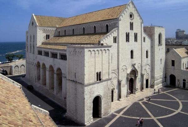 Бари же известен прежде всего базиликой Св. Николая