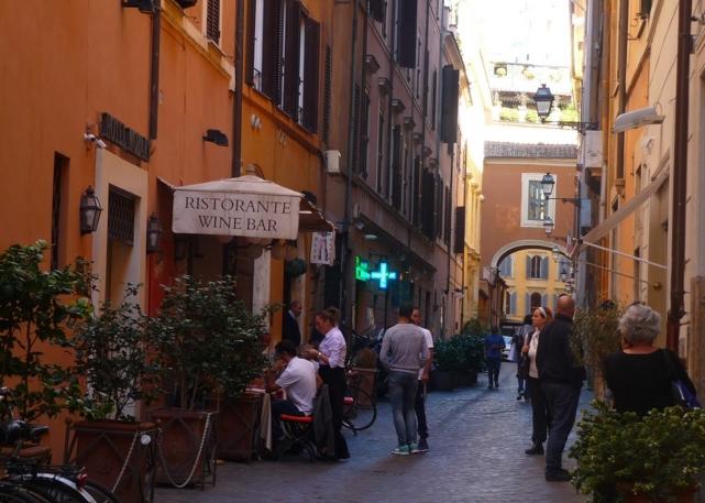 поужинать на тихой римской улочке