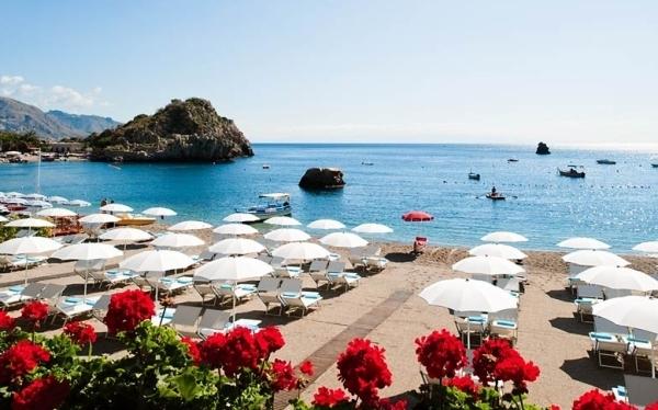 Итальянские пляжи - лежаки и шезлонги, зонты и полотенца, туалетные кабинки и даже душевые